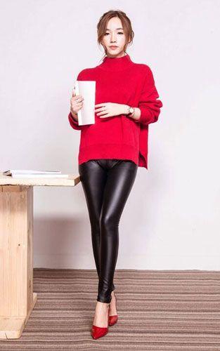 体现女人的高姿态搭配 玫红色半高领毛衣+黑色PU皮紧身裤